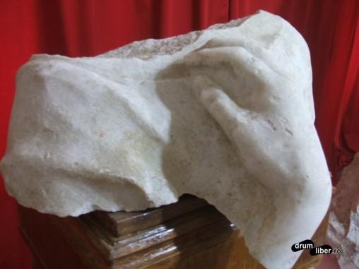 O parte din statuie (mâna)