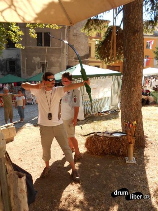 Autostopiști în Sighișoara - tir cu arcul