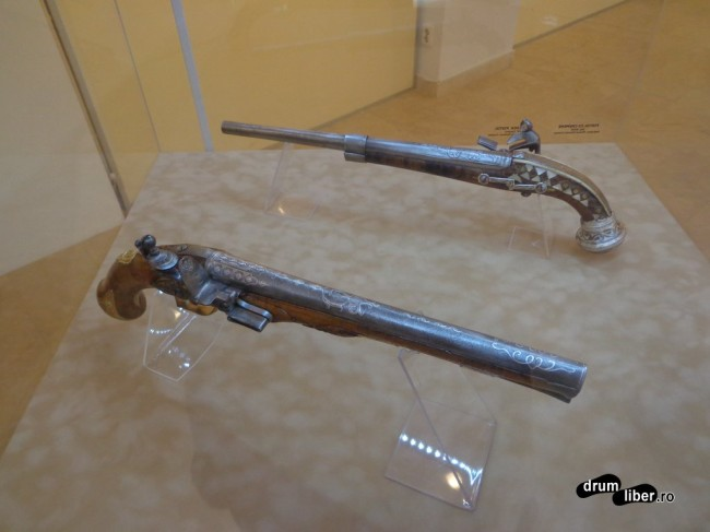 Pistol cu cremene (sec XVIII) (cel din spate)