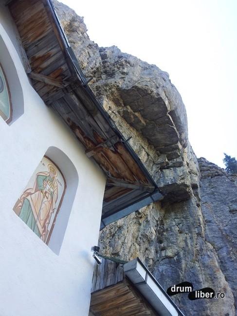 Stâncile peste mănăstire