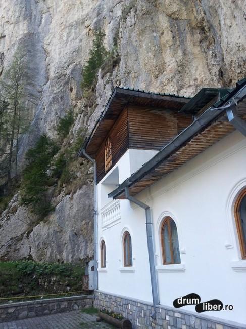 Stâncile peste mănăstire (2)