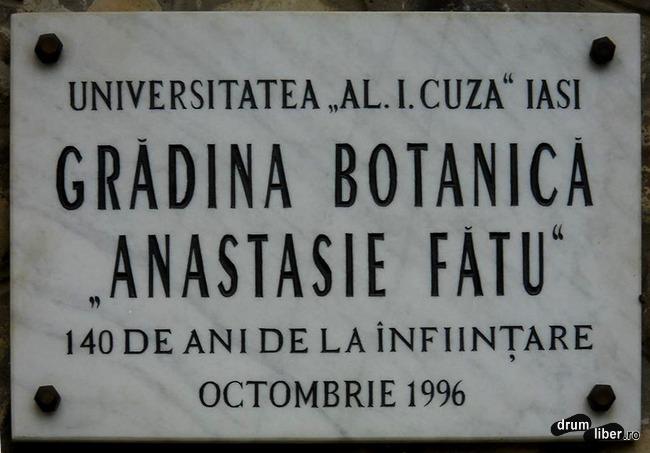 Plăcuța de la intrarea în Grădina Botanică din Iași