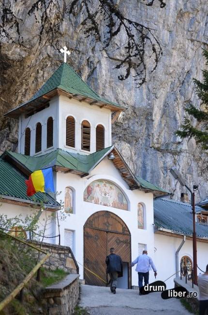Mănăstirea Peștera Ialomiței - intrarea