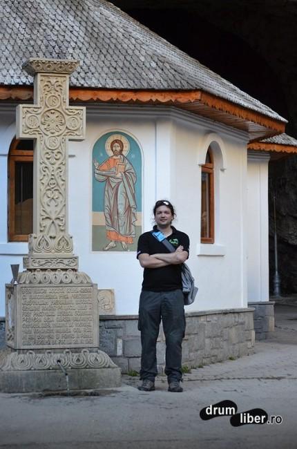 În fața bisericii
