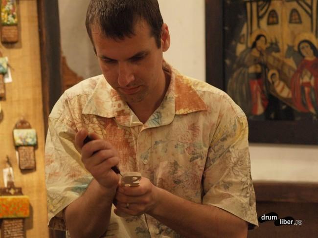 Mark lucrează la o lingură
