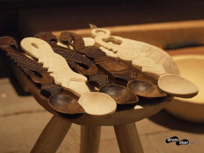 Linguri sculptate din lemn