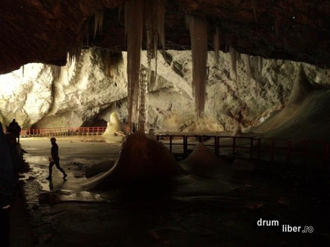 În interiorul Peșterii Scărișoara