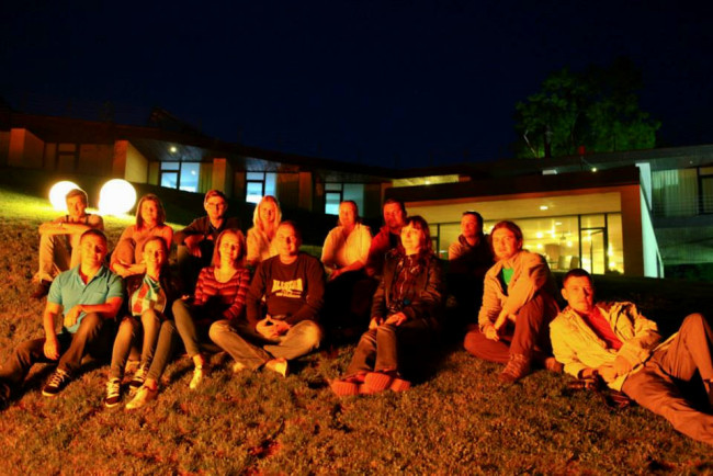 Cu grupul, la focul de tabără