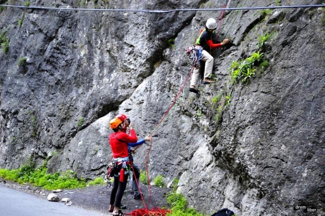 Alpiniști ce se aventurează prin zonă