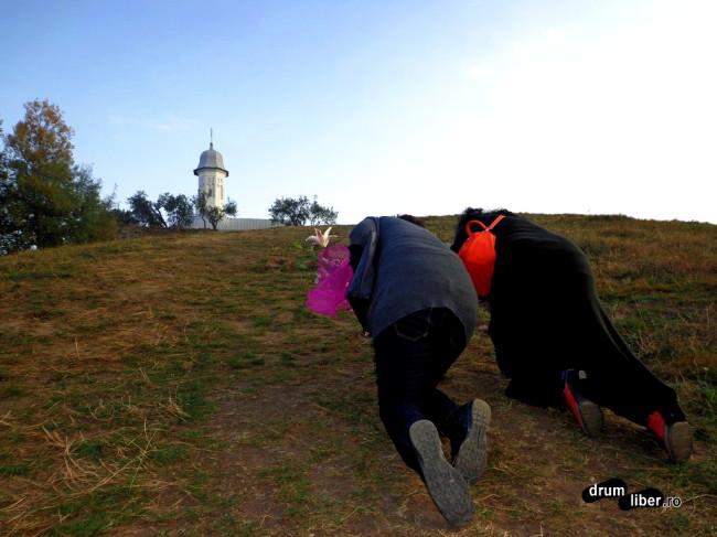 Femeile urcă dealul în genunchi