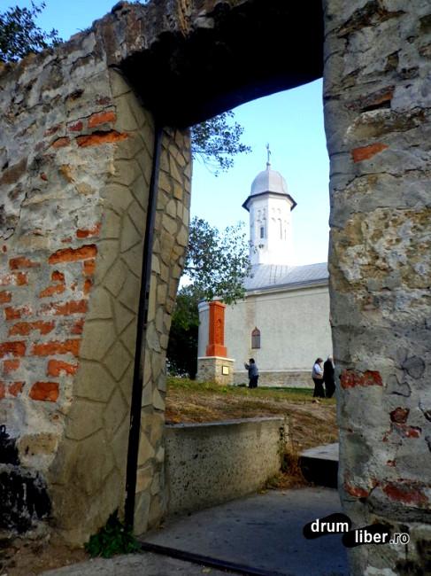 Hagigadar, prin poartă