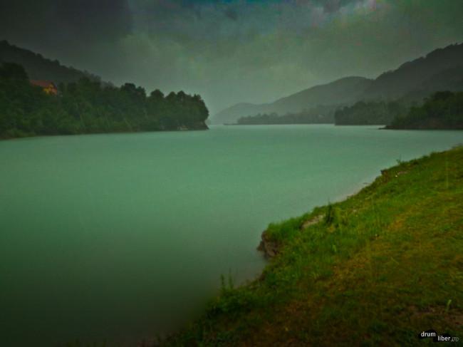 Lacul Paltinu pe ploaie (vedere dinspre coada barajului)