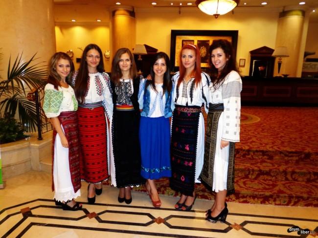 Românce în costume populare