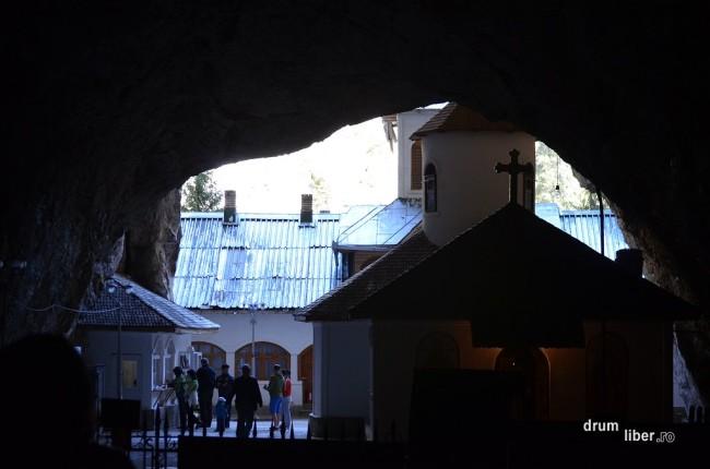 Biserica din gura Peșterii Ialomiței