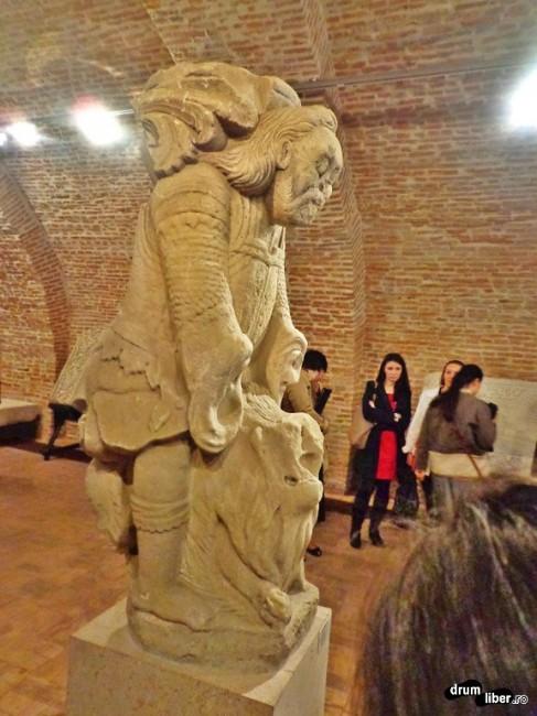 Samson în luptă cu leul, coloană de la Mănăstirea Râmnicu Sărat