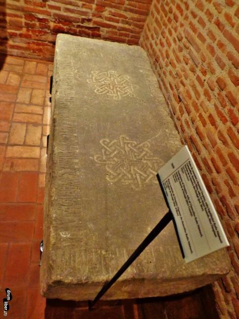 Piatra de mormânt a doamnei Despina, soția logofătului Radu Năsturel (din biserica de la Herăști/Herești, Giurgiu)