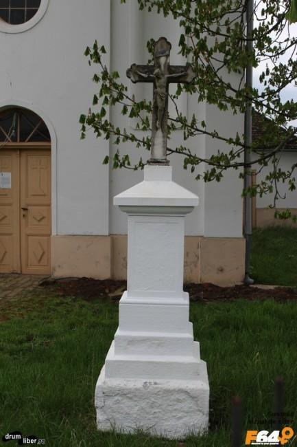 Una dintre crucile din fața bisericii