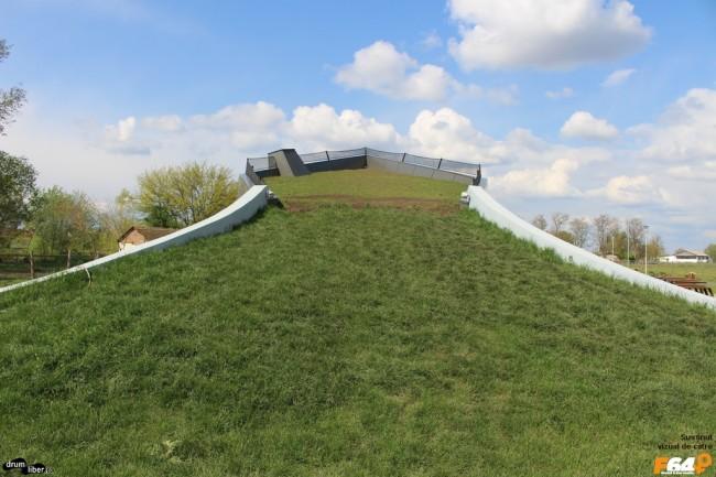Pe acoperiș este iarbă și funcționează ca punct de observare