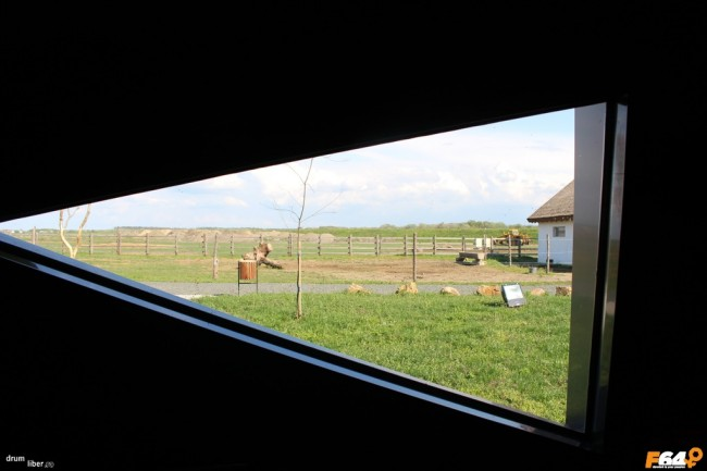 Vedere printr-unul din geamurile mici