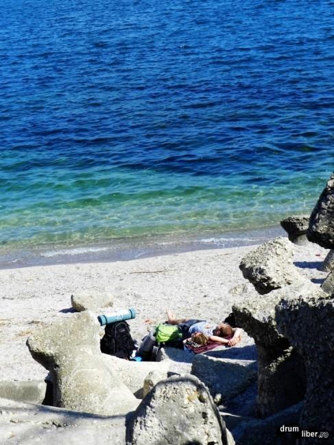 Unii se odihnesc pe malul mării
