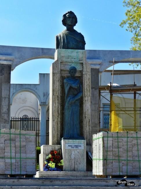 Bustul lui Eminescu și statuia Veronicăi Micle