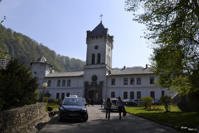Intrarea în Mănăstirea Tismana