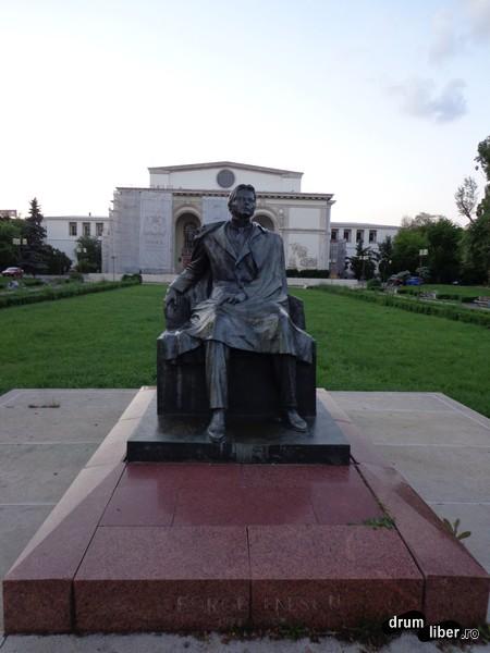 Statuia lui George Enescu (Piața Operei Române)