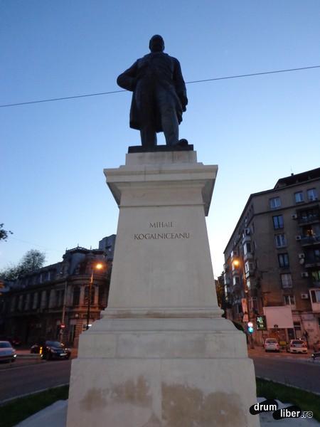 Statuia lui Mihail Kogălniceanu (Piața Mihail Kogălniceanu)