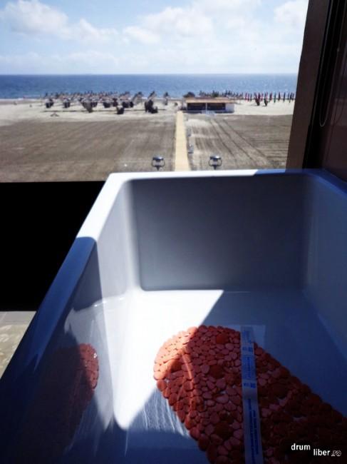 Faci baie și te uiți la mare