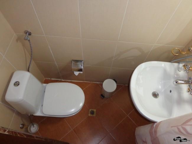 1,5 metri pătrați, toată baia. Cu duș cu tot