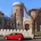 Zidul gros și meterezele apără castelul de traficul urban