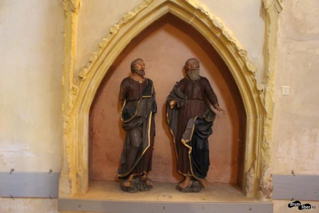 Statuile lui Petru și Pavel, rupte de pe altar