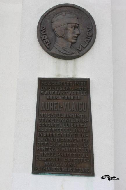 Placa veche și basorelieful de la Monumentul lui Aurel Vlaicu de la Bănești