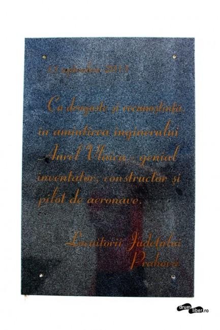 Placa nouă din 2013 de la Monumentul lui Aurel Vlaicu de la Bănești