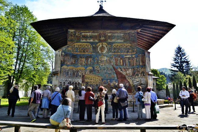 Grup de nemți uimiți de minunata Mănăstirea Voroneț